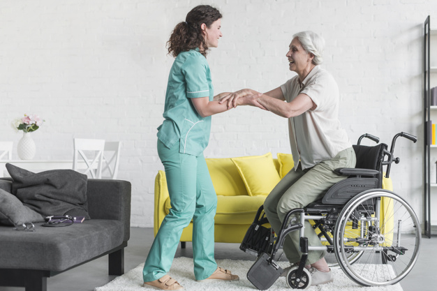 Cuidador de idosos: descubra a profissão mais recente e crescente no país!